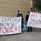 In catene davanti all'ospedale: «Basta tagli alla sanità pubblica»