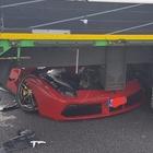 Ferrari 488 finisce sotto il camion: due feriti