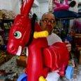 Morto De Crescenzo, a piazza Mercato esposto il cavalluccio rosso della scena di Bellavista