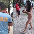 Turista arrestata e multata per aver indossato un bikini a «spago». Lei spiega: «È una forma d'arte»
