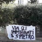 Accoglienza agli immigrati, guerra di striscioni nella casa accoglienza