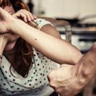 Lo denuncia per violenze, tornano insieme: e lui la picchia a sangue