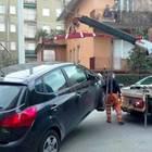 Carro attrezzi, uno solo addetto per l'aggancio auto: e ha 63 anni