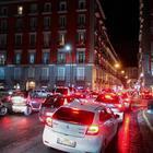 Voragine davanti alla Galleria Vittoria: bus deviati, traffico impazzito