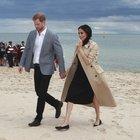 Meghan in spiaggia con Harry rinuncia ai tacchi: le sue ballerine nascondono un segreto