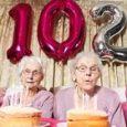 Le gemelle più anziane d'Inghilterra compiono 102 anni: hanno visto 4 re, 20 premier e due Guerre Mondiali