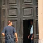 Uno smartphone dietro le sbarre: «Ecco i selfie dei detenuti di Airola»