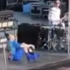 Billie Eilish incanta Milano ma cade sul palco: continua il concerto da seduta