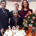 Nonna Michelina festeggia i 102 anni ballando e gustando la torta