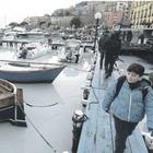 Il mare bianco a Mergellina: veleni scaricati nel tombino
