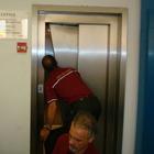 Bloccata per 27 ore in un ascensore