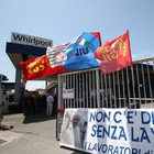 Whirlpool, nuovo blocco stradale dei lavoratori: «Resteremo a Napoli»