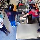Passante lascia a piedi rapinatori di supermercati: presi Bonnie & Clyde