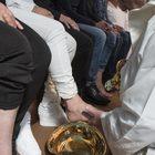 Papa Francesco lava i piedi a 12 detenuti del carcere