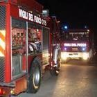 Finisce fuori strada, l'auto si incendia: muore