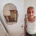 Crolla il soffitto in una casa popolare: «Vivo per miracolo e abbandonato»