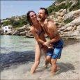 Alessandro Cattelan, scherzi in acqua con la moglie « lo tengo per le p**le»