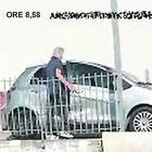 Il capitano dei vigili va dal barbiere con l'auto di servizio e l'autista