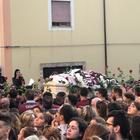 Fiori bianchi e la maglia granata per l'ultimo saluto a Melissa