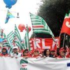 «No alla manovra contro il popolo», diecimila lavoratori da Napoli a Roma