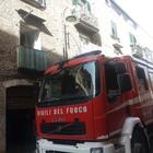 Rogo in un alloggio: si lancia tra le fiamme per salvare una bimba