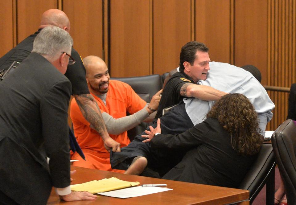 Usa: killer ride in aula, padre della vittima lo aggredisce
