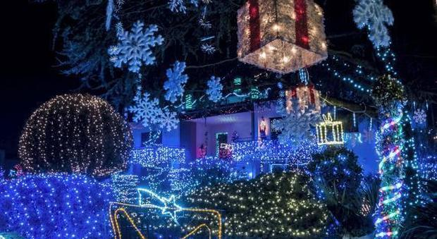 Immagini Di Luci Di Natale.Per Natale 55mila Luci In Giardino Ecco La Casa Magica Di