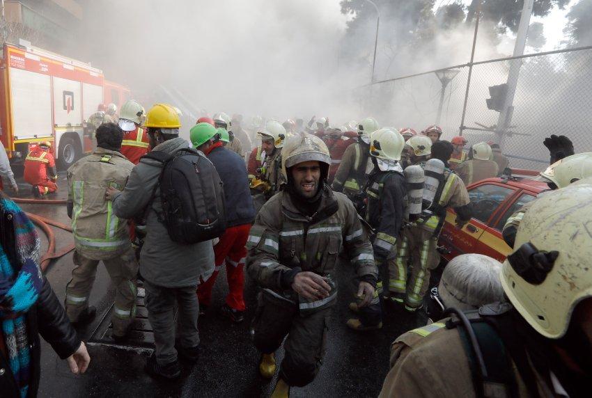 Iran, crolla palazzo a Teheran: morti 20 vigili del fuoco