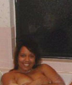 Cinque amiche nude nella vasca da bagno: il particolare inquietante ...