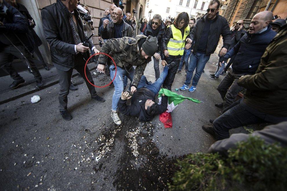 Disordini a Roma, spunta un uomo con un tirapugni. 4 persone fermate
