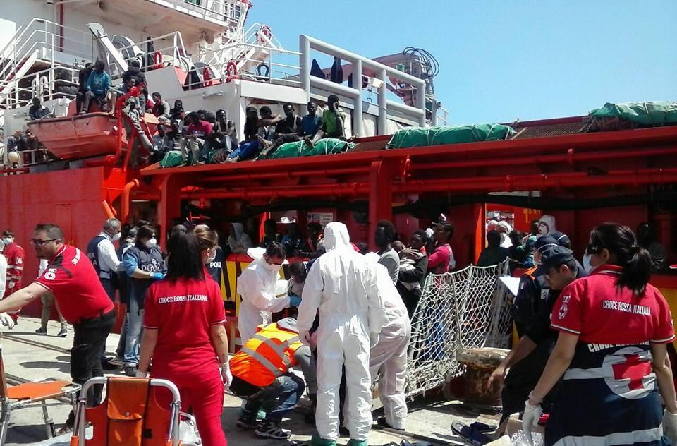 Migranti: giunta nave a Vibo, cominciate operazioni sbarco