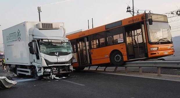 Camion tampona un pullman: oltre 20 i feriti sulla strada Mestre-Venezia