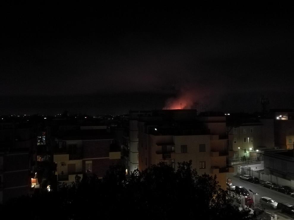 Incendio in via Lombroso: notte di fumo e miasmi a Roma nord