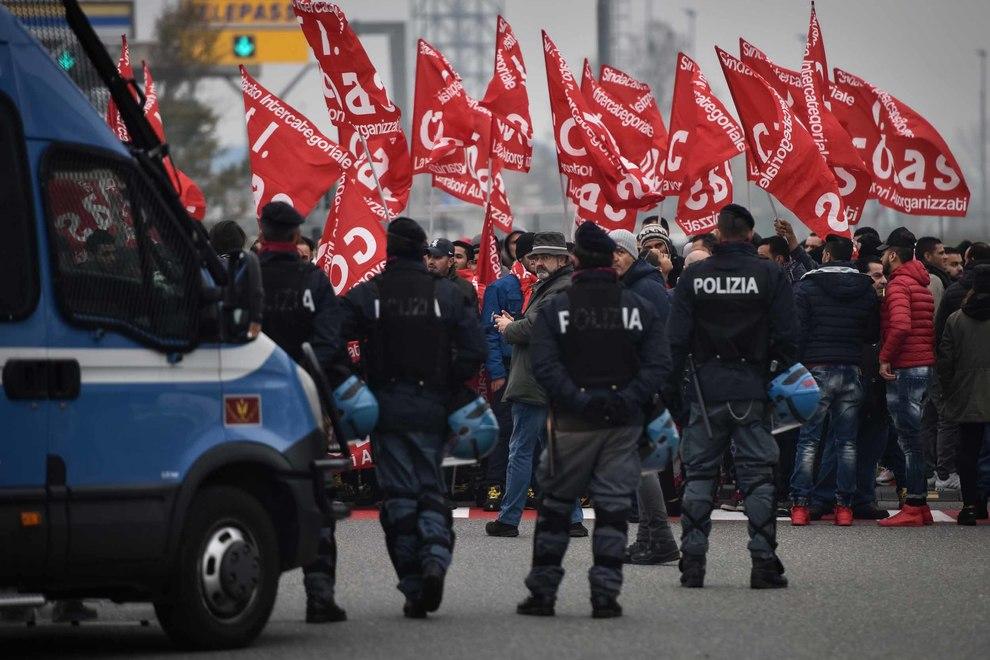 Si allarga lo sciopero ad Amazon. Il venerdì nerissimo dei magazzinieri