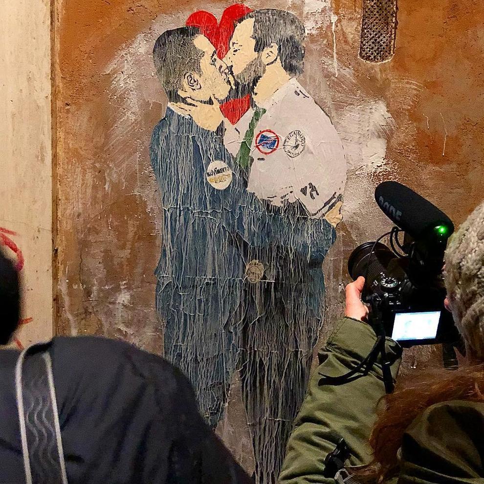 Roma, spunta il bacio tra Di Maio e Salvini