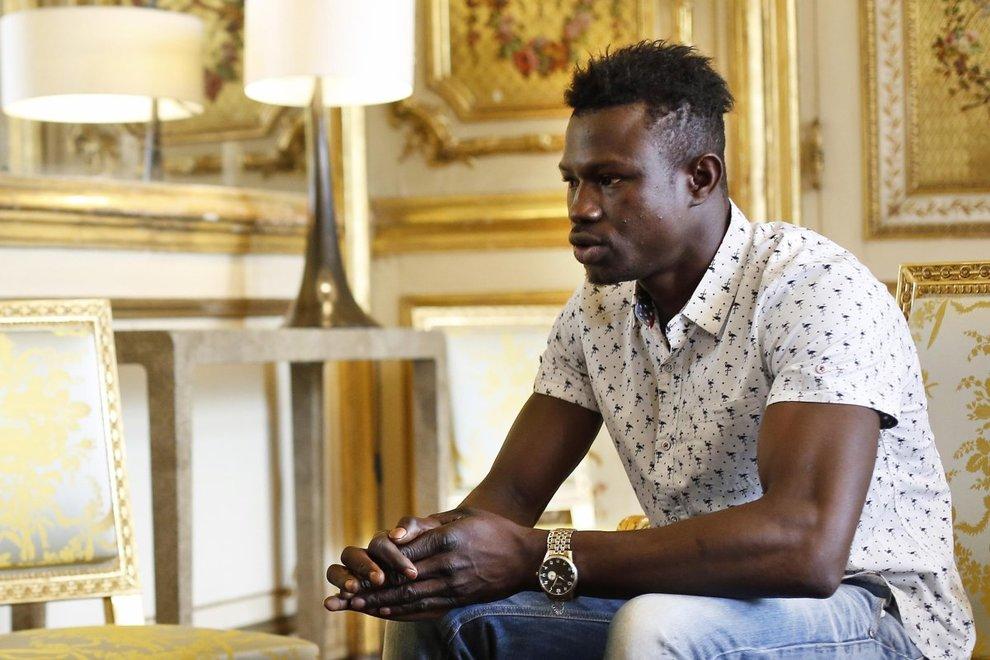 Parigi, migrante-eroe si arrampica fino al quarto piano e salva un bimbo