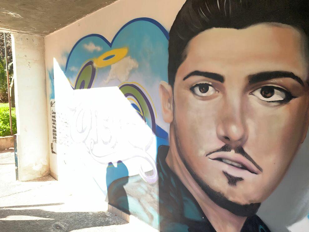 Napoli, cancellato il murales per l'assassino di Genny Cesarano: rimosso  anche l'altarino del rapinarolex - Il Mattino.it
